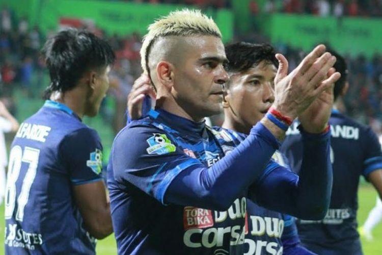 Ekspresi striker Arema FC, Cristian Gonzales seusai mencetak gol pertama timnya ke gawang Bali United pada laga pekan ke-11 Liga 1 di Stadion Gajayana, Kota Malang, Sabtu (17/6/2017) malam.