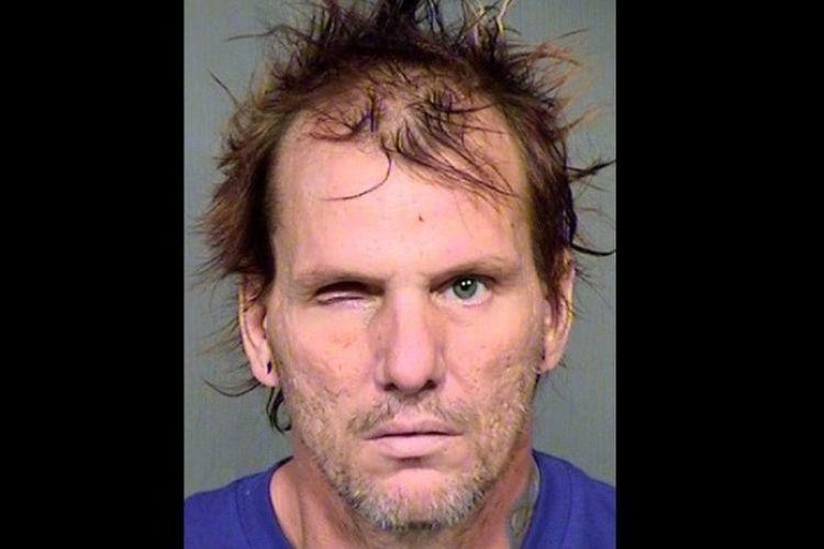 Kenneth Dale Wakefield (46) membunuh istri dan dua anjing peliharaan mereka dengan cara memenggalnya pada Juli 2015.