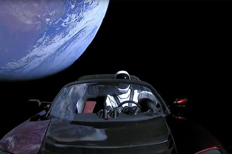 Pemandangan dari mobil Elon Musk yang meluncur ke luar angkasa