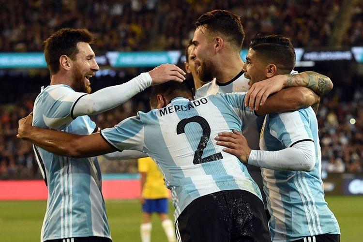 Penyerang Argentina, Lionel Messi (tengah), melakukan selebrasi bersama rekannya, Gabriel Mercado (tengah), yang mencetak gol ke gawang Brasil dalam laga uji coba di MCG, Melbourne, Jumat (9/6/2017).