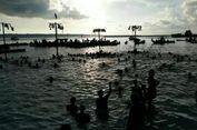 Seru! Anak-anak Wakatobi Berenang dan Panjat Pinang di Laut