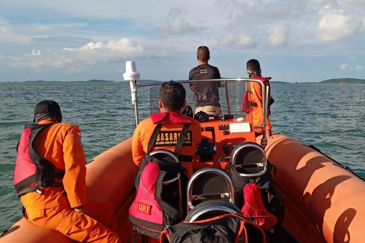 Petugas Basarnas saat mencari seorang nelayan yang hilang saat pergi melaut.