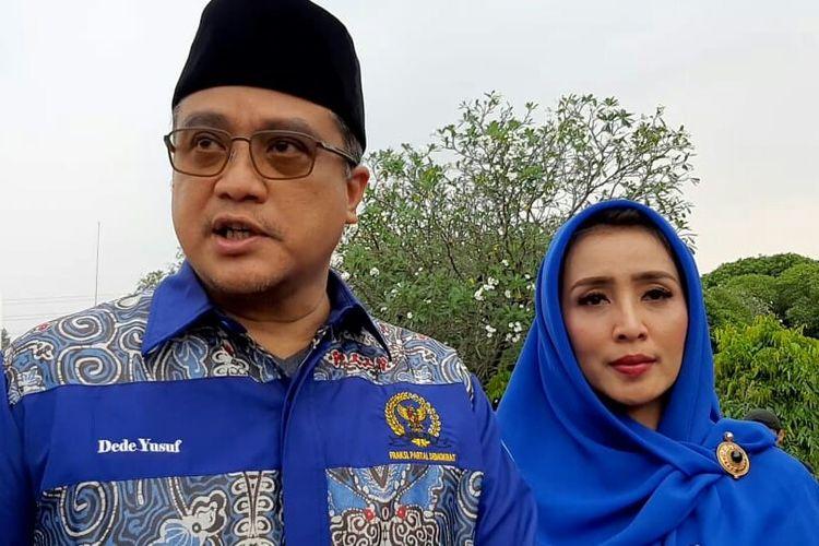 Aktor laga yang kini menjadi politisi Dede Yusuf dan istrinya Sendy Ramania usai menghadiri prosesi pemakaman Ani Yudhoyono di Taman Makam Pahlawan Kalibata, Pancoran, Jakarta Selatan, Minggu (2/6/2019).