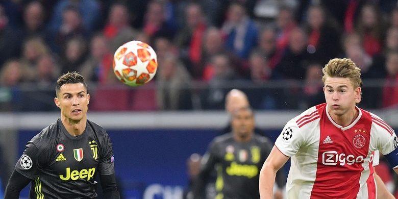 Penyerang Juventus, Cristiano Ronaldo (kiri) dan bek Ajax Amsterdam, Matthijs de Ligt, berlari mengejar bola pada laga leg pertama perempat final Liga Champions di Johan Cruijff ArenA, Amsterdam, Belanda, Rabu (10/4/2019).