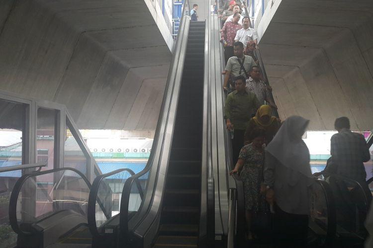 Halte Cipulir di Koridor 13 Transjakarta dilengkapi dengan eskalator untuk menuju halte. Foto diambil Rabu (16/8/2017).