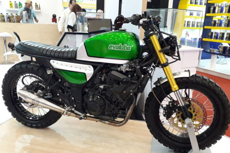 Kawasaki Z250 bergaya scrambler yang dipajang di booth Evalube selama pameran GIIAS 2018 di ICE, BSD City, Tangerang.