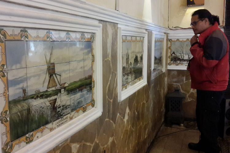 Sejumlah lukisan keramik bekas masa penjajahan Hindia Belanda di Hall Lodji Coffe Shop and Resto Hotel Pelangi Kota Malang, Selasa (7/11/2017)