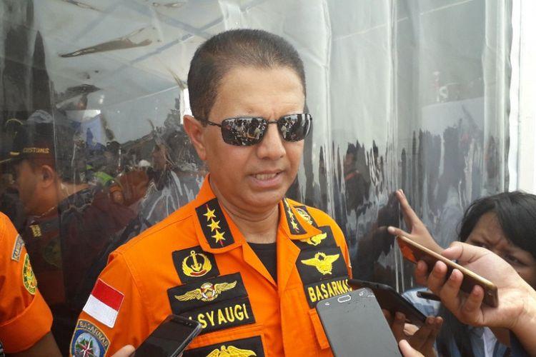 Kepala Badan SAR Nasional Marsekal Madya M Syaugi memberikan keterangan kepada awak media di atas KRI Banjarmasin, Selasa (6/11/2018).