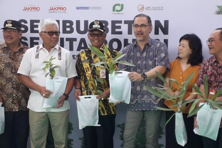 Seremoni kerjasama penanaman pohon antara Jakpro dan Paguyuban Budiasi di Depo LRT Kelapa Gading, Kamis (10/1/2019).