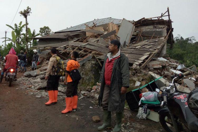 Ratusan rumah warga mengalami kerusakan akibat gempa bumi berkekuatan magnitudo 4,4 yang mengguncang wilayah Banjarnegara, Jawa Tengah, Rabu (18/4/2018).