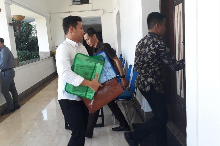 Bupati Trenggalek Mochammad Nur Arifin memasuki ruang pemeriksaan di ruang Brawijaya di komplek kantor Gubernur Jawa Timur, Rabu (10/7/2019)