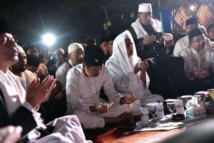 Bupati Purwakarta Dedi Mulyadi bersama Habib Muhammad Luthfi bin Yahya saat tabligh akbar dan zikir kebangsaan di Taman Pasanggrahan Padjadjaran, Purwakarta, Selasa (22/8/2017)