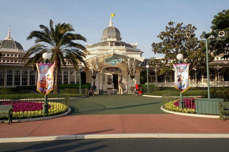 Salah satu rumah makan di Tokyo Disneyland memajang semacam spanduk kecil di bagian depan untuk memeriahkan perayaan 35 tahun Tokyo Disneyland.
