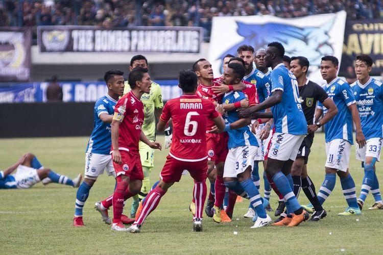 Sejumlah Pesepak Bola Persib Bandung Beradu Mulut Dengan Sejumlah Pesepak Bola Persija Jakarta Pada Pertandingan Lanjutan