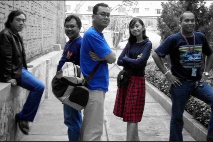 Beberapa reporter pertama KCM yang direkrut pada tahun 2000. Dari kiri ke kanan: Wisnubrata, Heru Margianto, Martian Damanik, Atik Kamil, Glori Wadrianto.