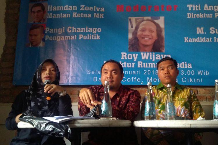 Direktur Eksekutif Perkumpulan untuk Pemilu dan Demokrasi Titi Anggraini (kiri) dalam sebuah diskusi di Jakarta, Selasa (2/1/2018).