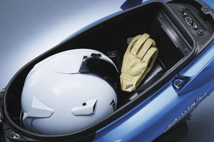 Bagasi Suzuki Swish luas, muat menyimpan helm full face dan perlengkapan lain.