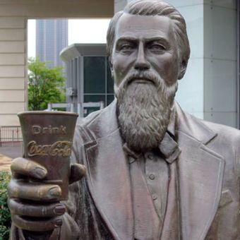 Patung John Pemberton memegang gelas Coca-Cola. (alchetron.com)