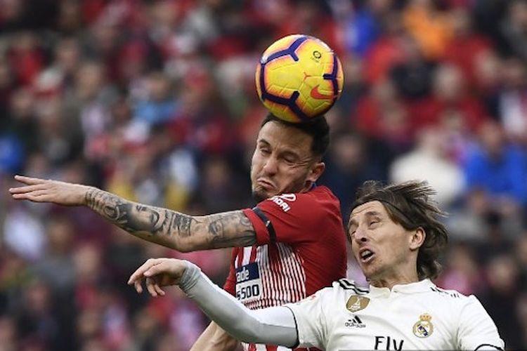Saul Niguez dan Luka Modric berduel memperebutkan bola di udara pada pertandingan Atletico Madrid vs Real Madrid di Stadion Wanda Metropolitano dalam lanjutan La Liga Spanyol, 9 Februari 2019.