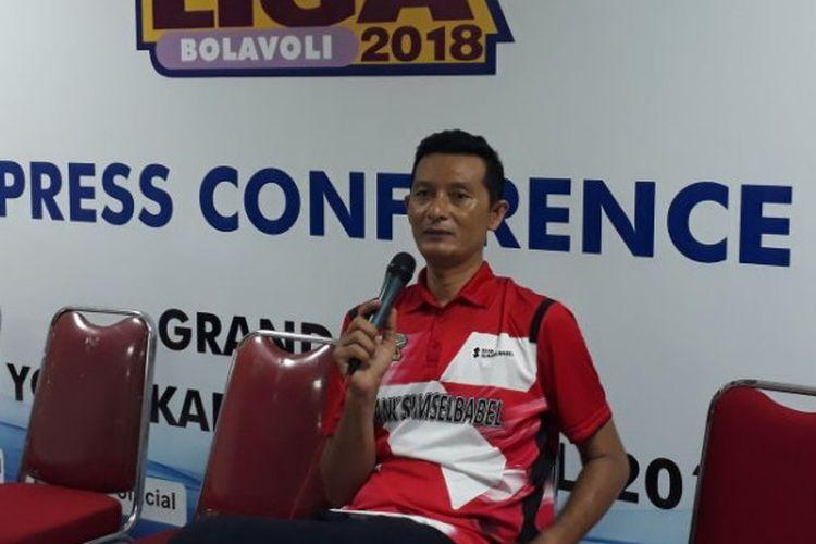 Pelatih tim voli putra Palembang Bank SumselBabel, Samsul Jais, dalam jumpa pers usai grand final Proliga 2018 di Sasana Amongrogo, Yogyakarta, Minggu (15/4/2018).