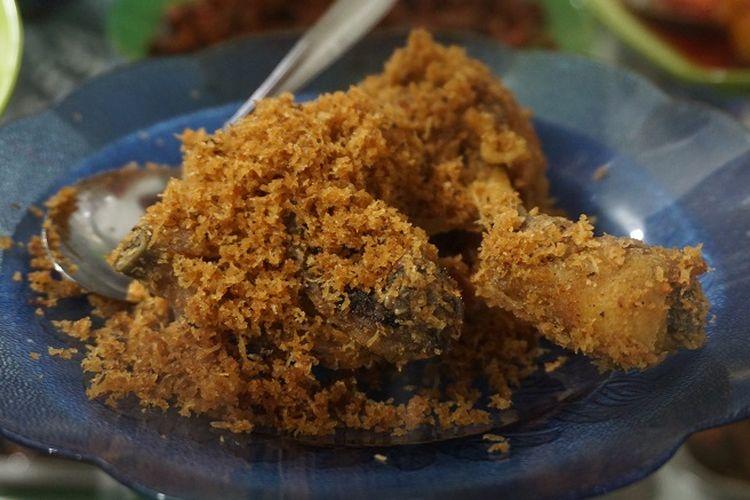 Menu ayam goreng di warteg Kharisma Bahari.