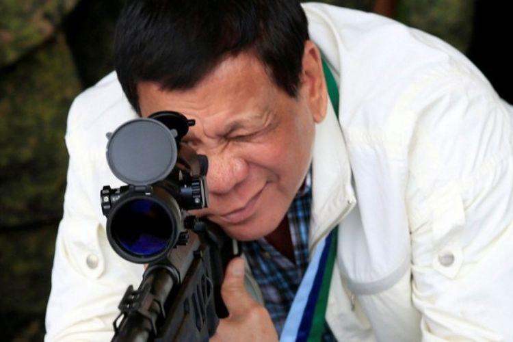 Presiden Filipina Rodrigo Duterte mencoba senapan serbu bantuan dari pemerintah China.