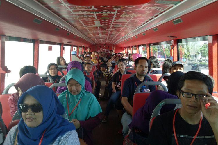 Suasana wisatawan yang memenuhi bus tingkat wisata Semarang di lantai atas, Jumat (6/9/2017) bus ini mengantarkan 70 orang sekaligus dalam satu kali trip.