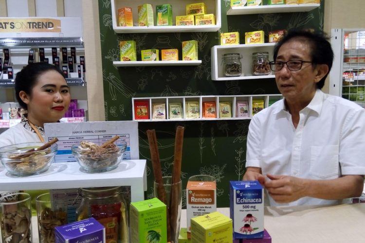 Lilis (kiri) salah seorang karyawati di Sido Muncul Herbal Corner Mal Aeon Bumi Serpong Damai (BSD), Tangerang Selatan dan  Direktur Marketing Sido Muncul Tbk Irwan Hidayat pada Minggu (15/10/2017). Sejak dibuka pada akhir Juli 2017, rata-rata seratus pengunjung per hari membeli produk Sido Muncul di situ.