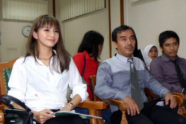 Kirana Larasati (kiri), didampingi oleh kuasa hukumnya, Nendi Haryadi (di sebelah Kirana) hadir di ruang sidang Pengadilan Agama Jakarta Selatan pada Kamis (15/6/2017).