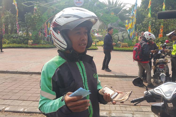 Pengemudi ojek online, Salman (26), ditinggalkan penumpangnya karena terjaring razia. Salman ditilang polisi di Jalan Lapangan Banteng Selatan, Jakarta Pusat, Jumat (11/8/2017), karena menunggak pajak kendaraan bermotornya.