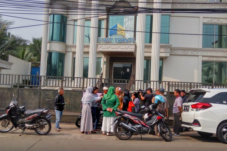 Sejumlah calon jemaah umrah berkumpul di depan Kantor First Travel yang berlokasi di Jalan Radar AURI, Cimanggis, Depok, Senin (14/8/2017). Mereka datang untuk menuntut pengembalian uang umrah yang sudah disetor.