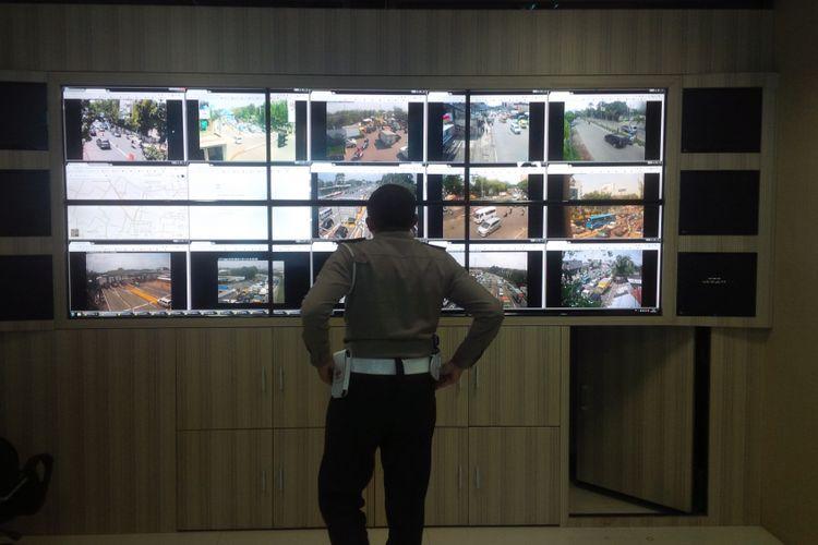 Polrestabes Bandung mulai memberlakukan sistem e-tilang melalui pemantauan CCTV yang terpasang di 72 titik tersebar di seluruh wilayah Kota Bandung, Rabu (4/10/2017).
