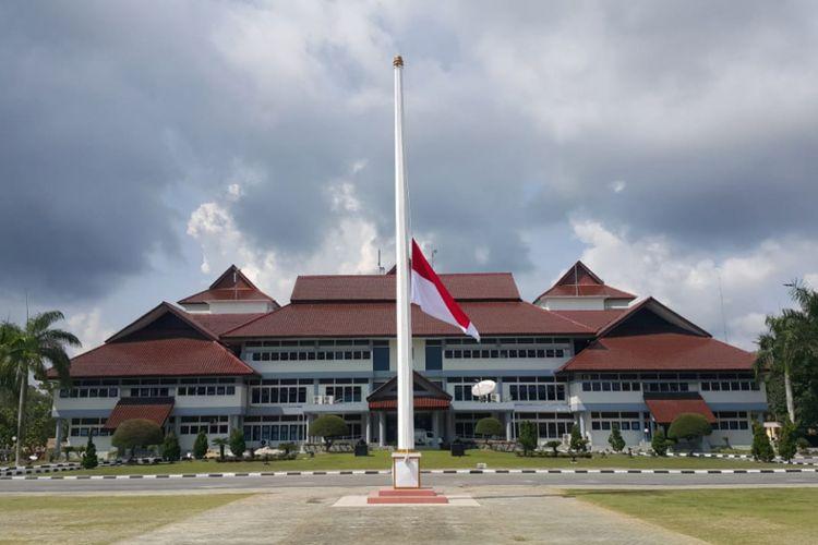 Bendera setengah tiang dikibarkan Pemprov Kepulauan Bangka Belitung sebagai ungkapan duka tragedi jatuhnya pesawat Lion Air JT 610.