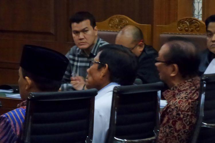 Mantan Ketua Fraksi Demokrat, Jafar Hafsah (tengah), di Pengadilan Tipikor Jakarta, Senin (16/10/2017).