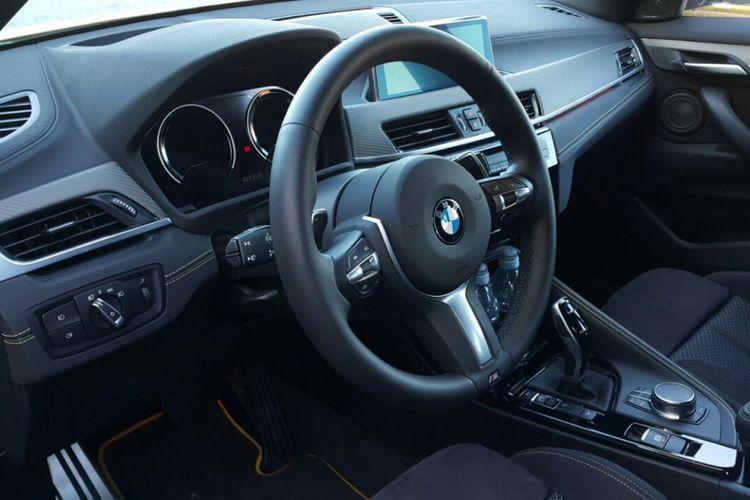 Ruang kemudi BMW X2 M Sport yang memanjakan pengendara dengan beragam fitur seperti head up display, intelligent voice control, iDrive dengan layar sentuh 8,8 inci.