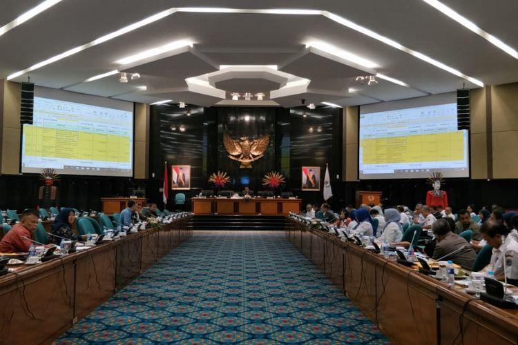 Rapat pembahasan Kebijakan Umum Perubahan Anggaran dan Prioritas Plafon Anggaran Sementara (KUPA-PPAS) 2018 di gedung DPRD DKI Jakarta, Rabu (12/9/2018).