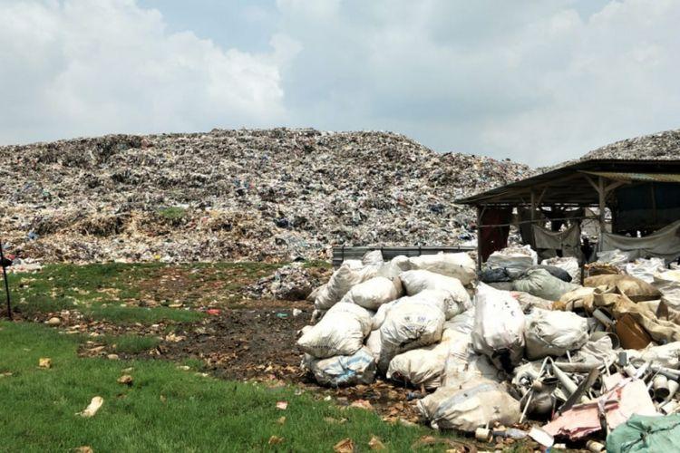 Gunungan sampah di Tempat Pembuangan Akhir (TPA) Burangkeng, Desa Burangkeng, Setu, Kabupaten Bekasi, Kamis (14/2/2019).