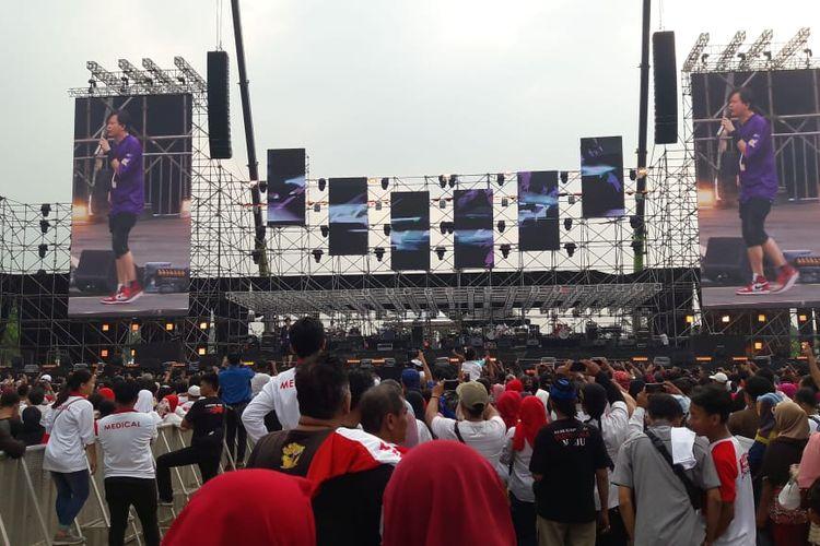 Ratusan penonton menyaksikan penampilan grup Band Gigi di acara Visi Indonesia di Sentul International Convention Center (SICC) Bogor, Jawa Barat, Minggu (14/7/2019),. Vokalis Gigi, Armand Maulana membawakan lagu berjudul Perdamaian dan sambut histeris penonton.