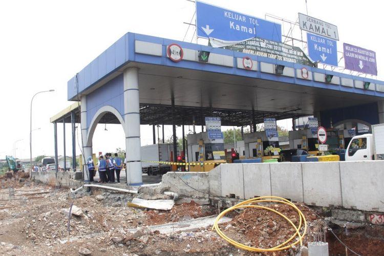 Proyek pelebaran jalan tol di Gerbang Tol Kamal 1.