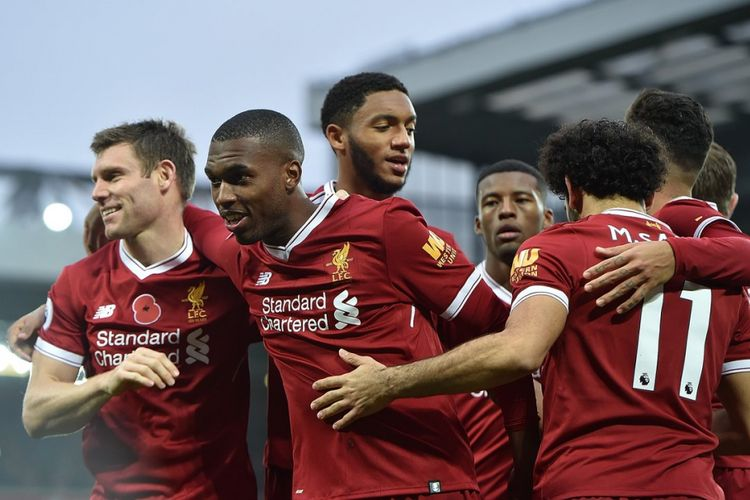 Para pemain Liverpool merayakan gol yang dicetak Daniel Sturridge ke gawang Huddersfield Town pada laga Premier League di Anfield, Sabtu (28/10/2017).