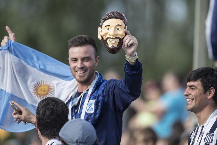 Suporter Argentina membawa topeng bermotif muka Lionel Messi saat timnas Argentina menggelar latihan terbuka perdananya di Bronnitsy Training Base, Senin (11/6/2018). Argentina akan melakoni laga perdananya di Piala Dunia melawan Islandia pada Sabtu (16/6/2018).