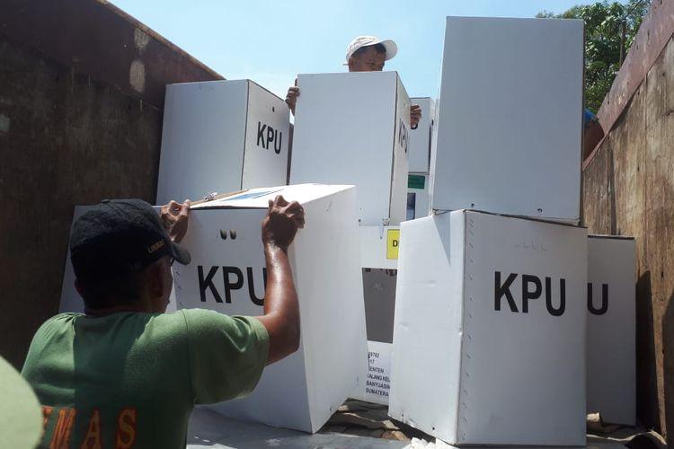 Penyaluran kotak suara disejumlah TPS di Palembang untuk pelaksanaan pemilu pada Rabu (17/4/2019).