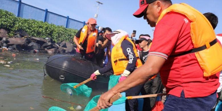 Gubernur Sulut Ikut Angkat Sampah saat Kerja Bakti Massal
