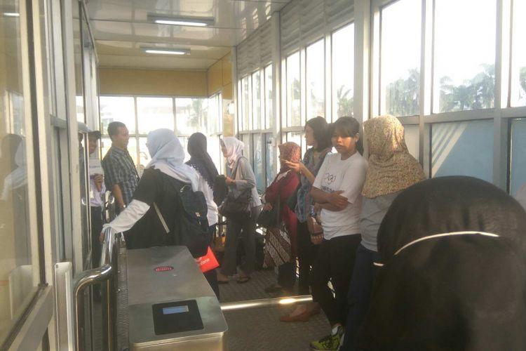 Antrean penumpang bus transjakarta di Halte Puri Beta, Tangerang, Senin (14/8/2017).