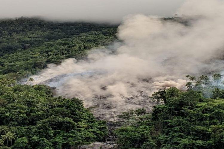 Guguran lava Gunung Karangetang tampak menghanguskan sejumlah pepohonan yang dilintasinya.