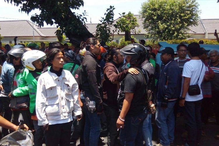 Unjuk rasa ojek online di pangkalan ojek terminal Purabaya Surabaya