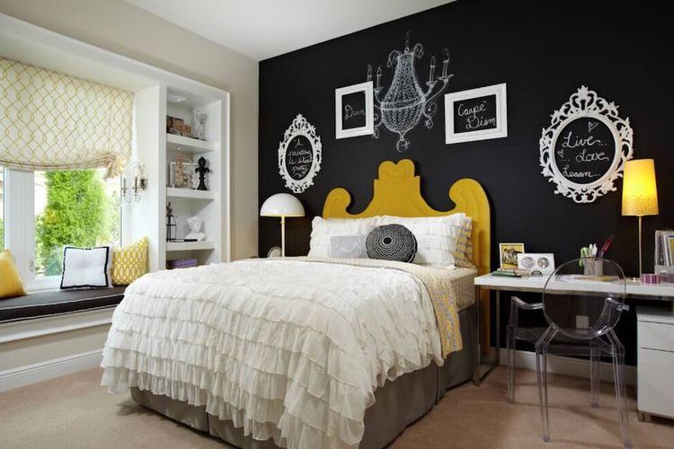 Frame kosong digunakan untuk menghias kamar tidur yang dicat menyerupai papan tulis.