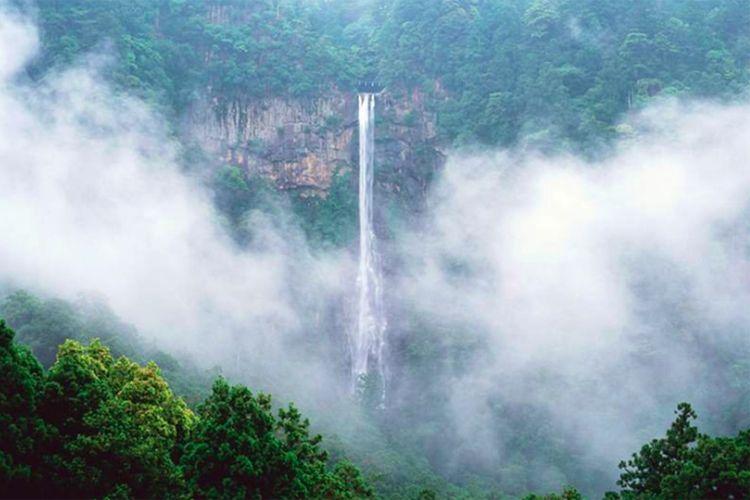 Air Terjun Nachi merupakan air terjun tertinggi di Jepang, lokasinya di Wakayama, Jepang.