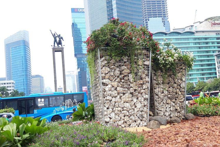 Instalasi gabion yang dibuat dari batu bronjong di Bundaran HI, Jakarta Pusat, Kamis (22/8/2019)