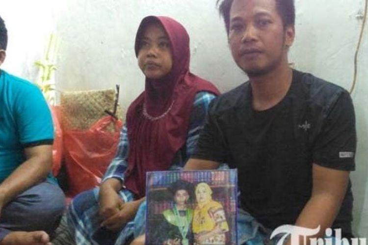 Keluarga Micko Pratama, bonek yang tewas dalam bentrokan di Solo, Jawa Tengah, ketika ditemui di rumah duka, Sabtu (14/4/2018).